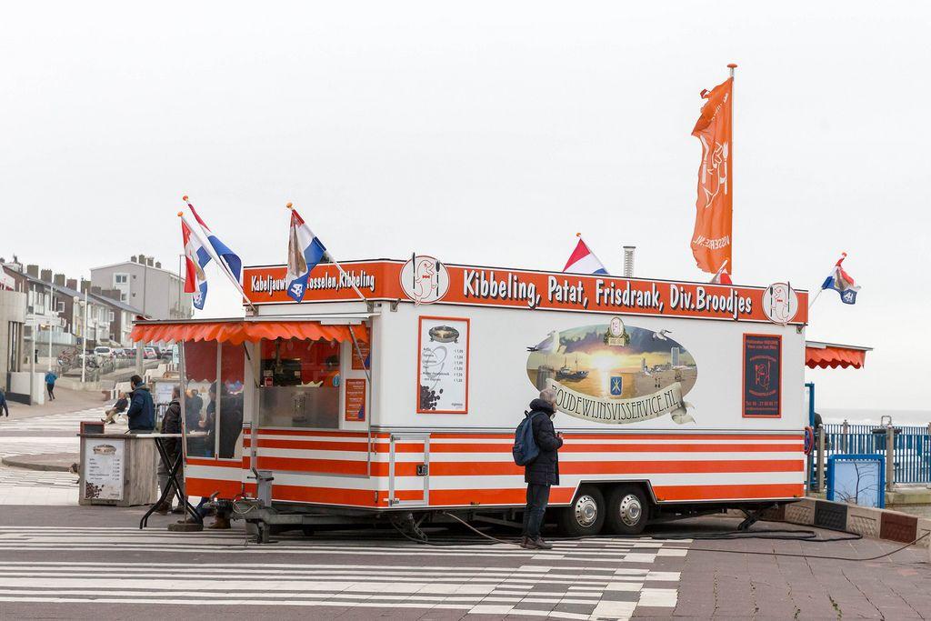 Imbisswagen mit holländischer Flagge am Strand von Zandvoort, Niederlande