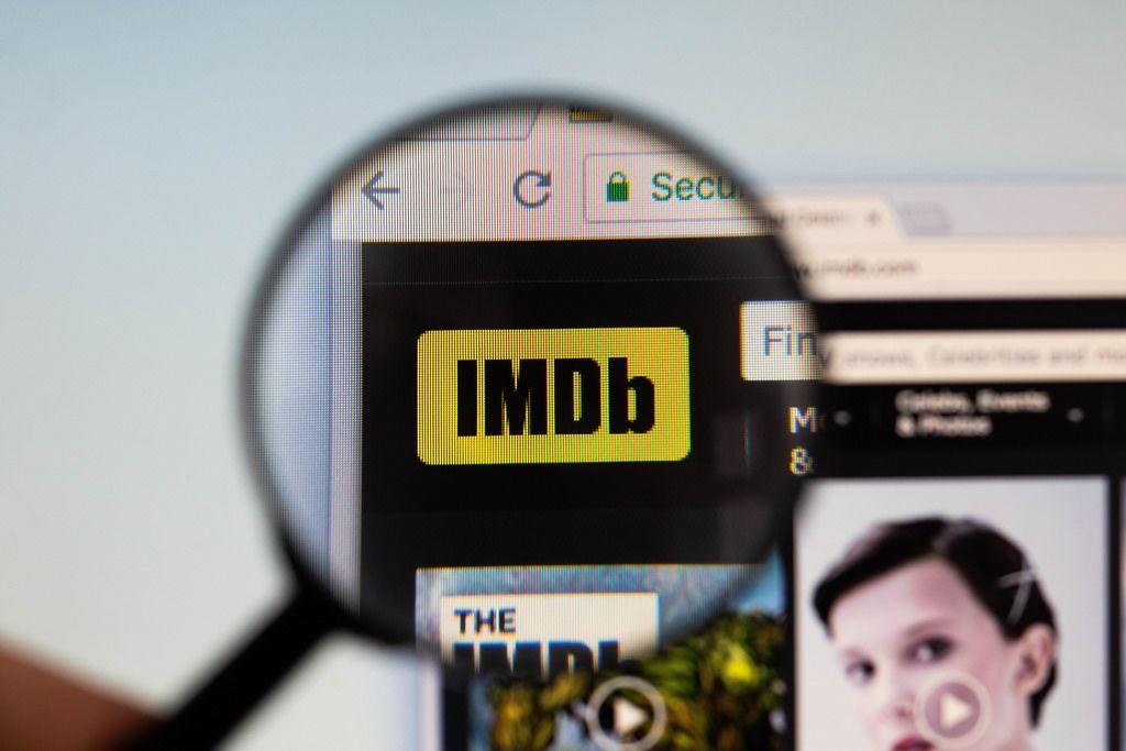 IMDb-Logo am PC-Monitor, durch eine Lupe fotografiert