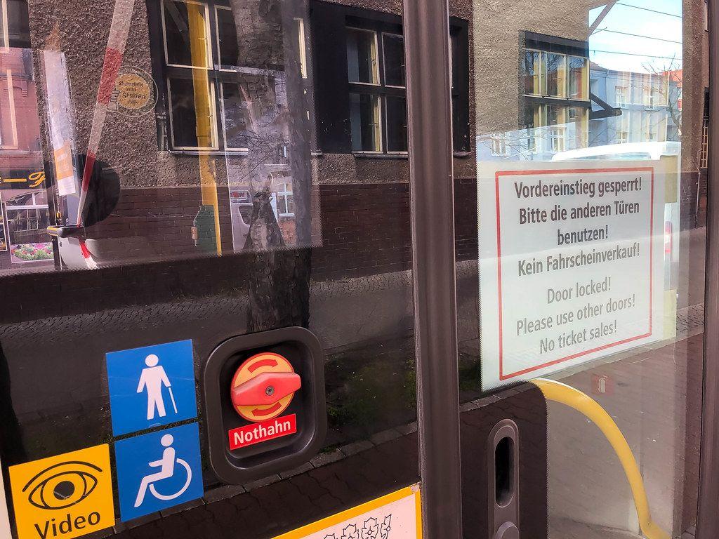 In Corona-Zeiten mit dem Bus fahren: zum Infektionsschutz ist der Vordereinstieg gesperrt und werden keine Fahrscheine verkauft