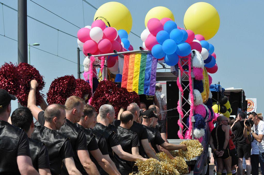 In schwarz gekleidete Männer bei der Cologne Pride Demo