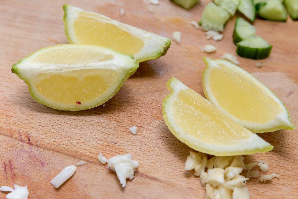 In Viertel geschnittene Zitrone auf einem Küchenbrett
