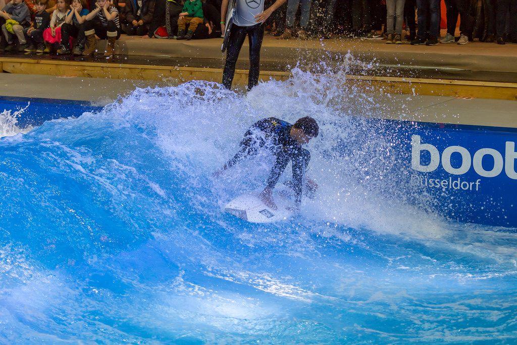 Indoor-Surfing im Surfpool von Citywave bei der Boot Düsseldorf 2018