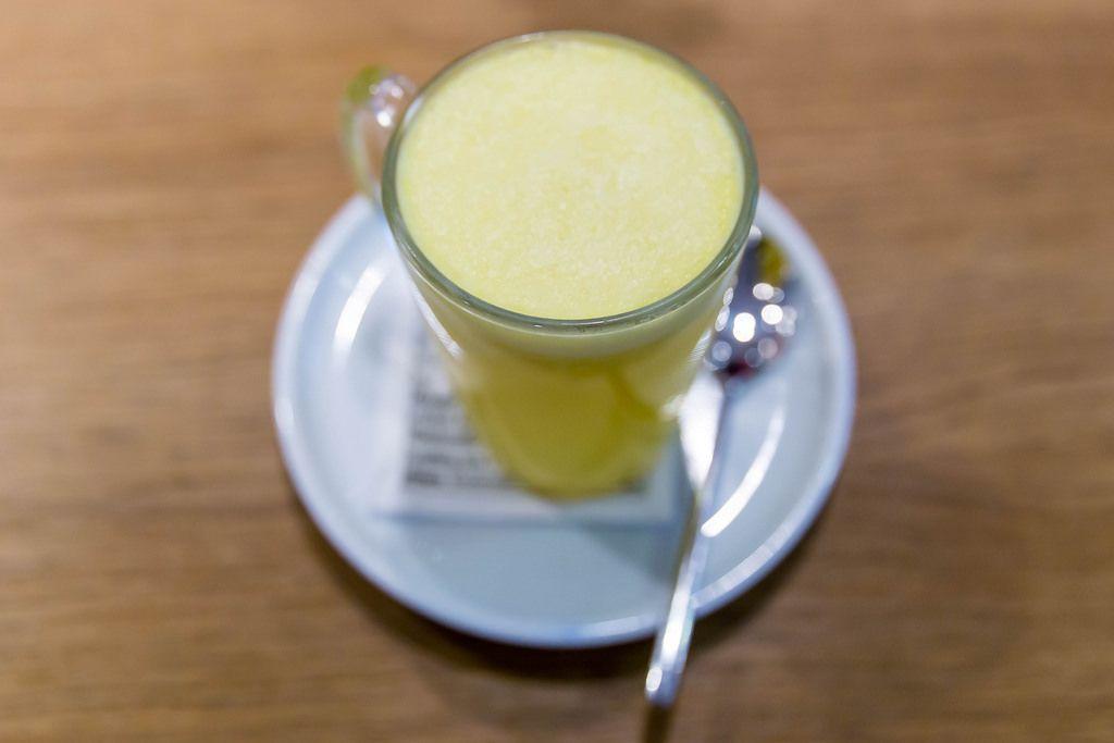 Ingwer-Tee mit frisch gepresster Orange