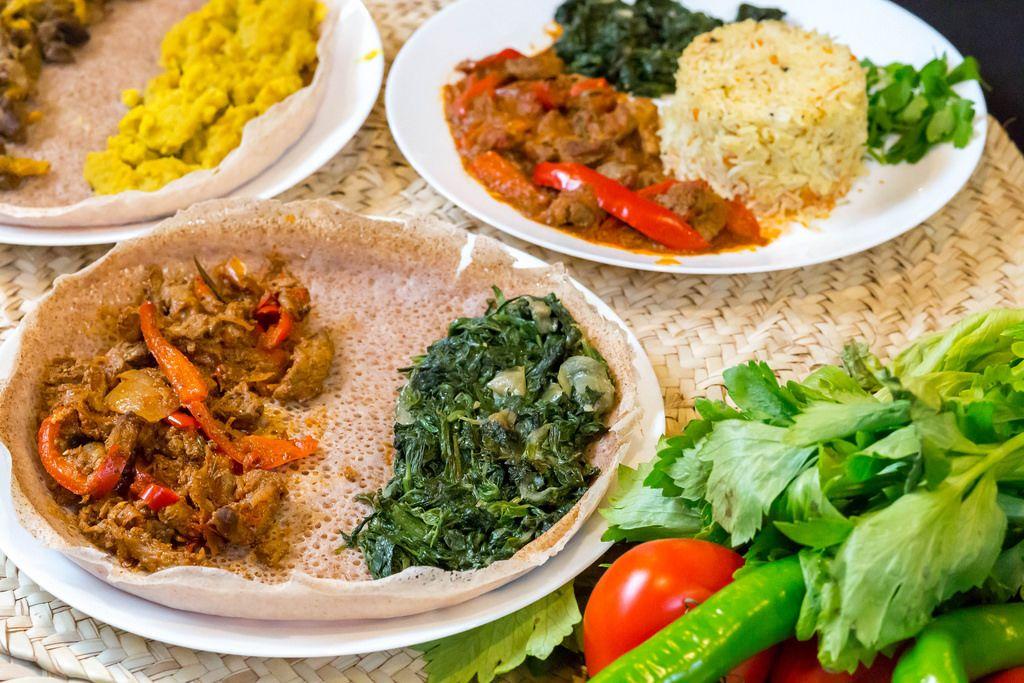 Injera (Eritreische Fladen) mit Rindfleisch und Spinat