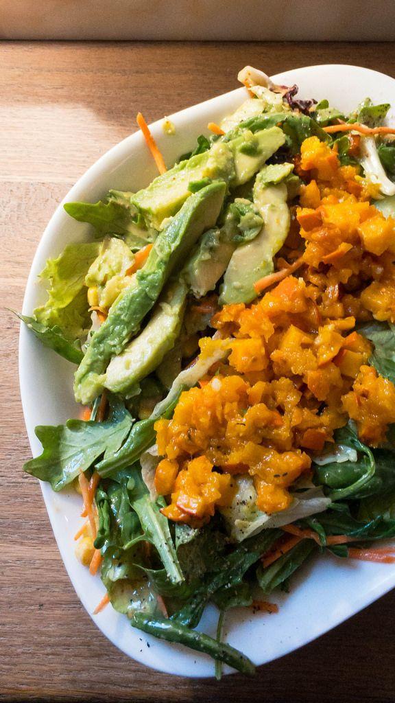 Insalata Julia: Geröstete Kürbiswürfel, Rucola, Mais, Gurken, Karotten, Avocado, Kirschtomaten,