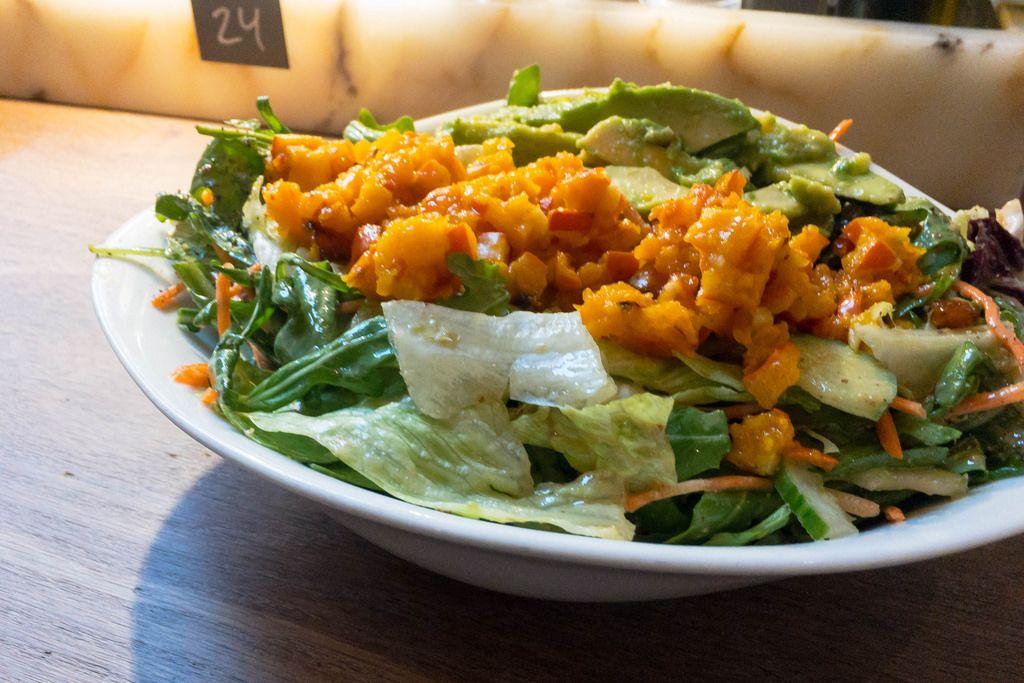 Insalata Julia: Geröstete Kürbiswürfel, Rucola, Mais, Gurken, Karotten, Avocado, Kirschtomaten, Dressing