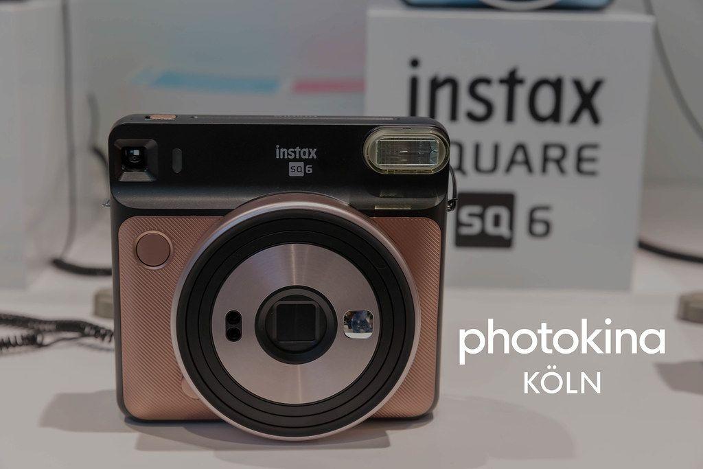 Instax sq 6 Retrolook-Polaroid-Kamera neben dem Bildtitel