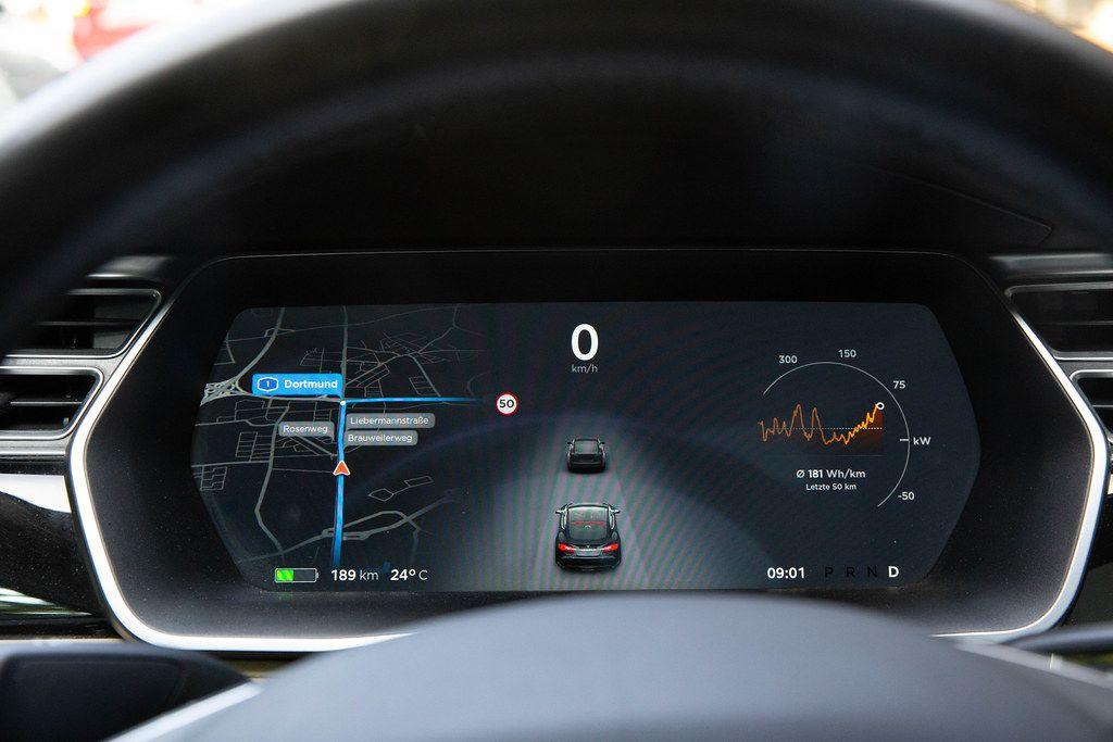 Instrumententafel mit Multifunktionsanzeige beim Tesla Model S - mit Navi, Kamerabild und Batteriestatus