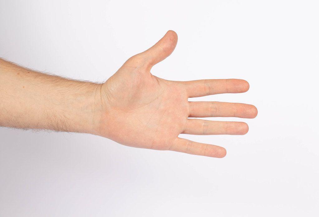 Isolierte Männerhand vor weißem Hintergrund