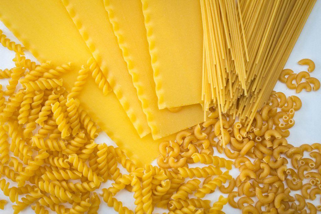 italienische Pasta assortiert mit Spaghetti, Fusilli, Macaroni und Lasagne auf weißem Hintergrund