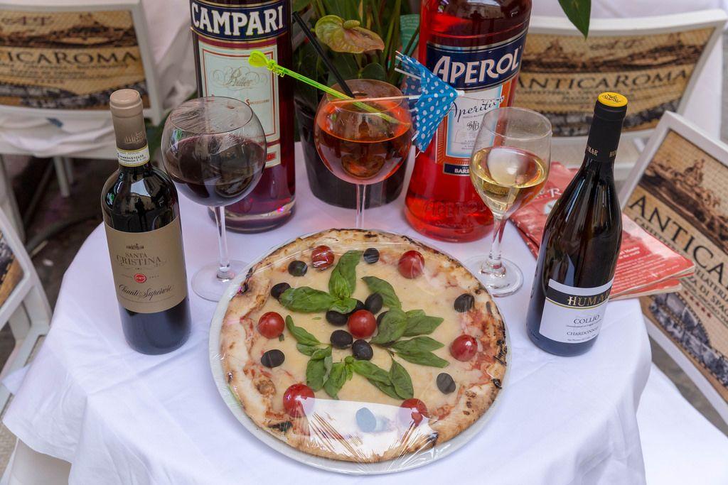 Italienische Pizza mit Aperol und Wein in Rom
