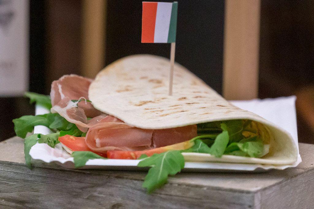 Italienisches Essen: Piadina Romangola mit Parmaschinken, Rucola, Frischkäse, Pesto, Tomaten und Mozzarella
