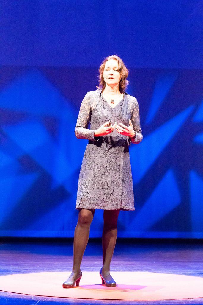 Jacky van de Goor hält einen Vortrag über die wirklich wichtigen Dingen im Leben - TEDxVenlo 2017
