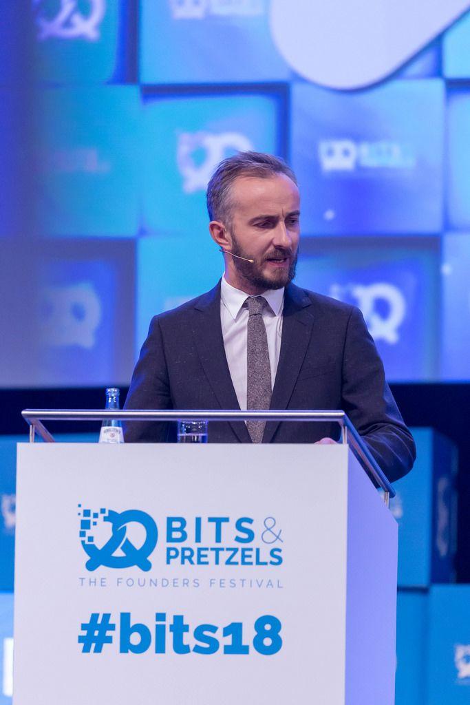 Jan Böhmermann hält eine Rede