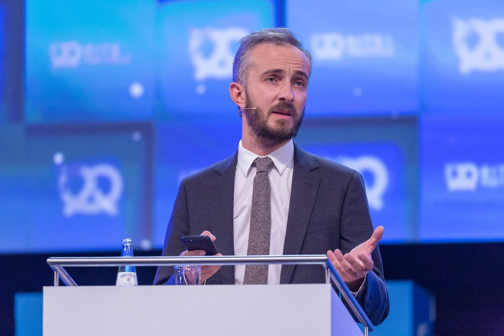 Jan Böhmermann während eines Auftritts mit Smartphone in der Hand