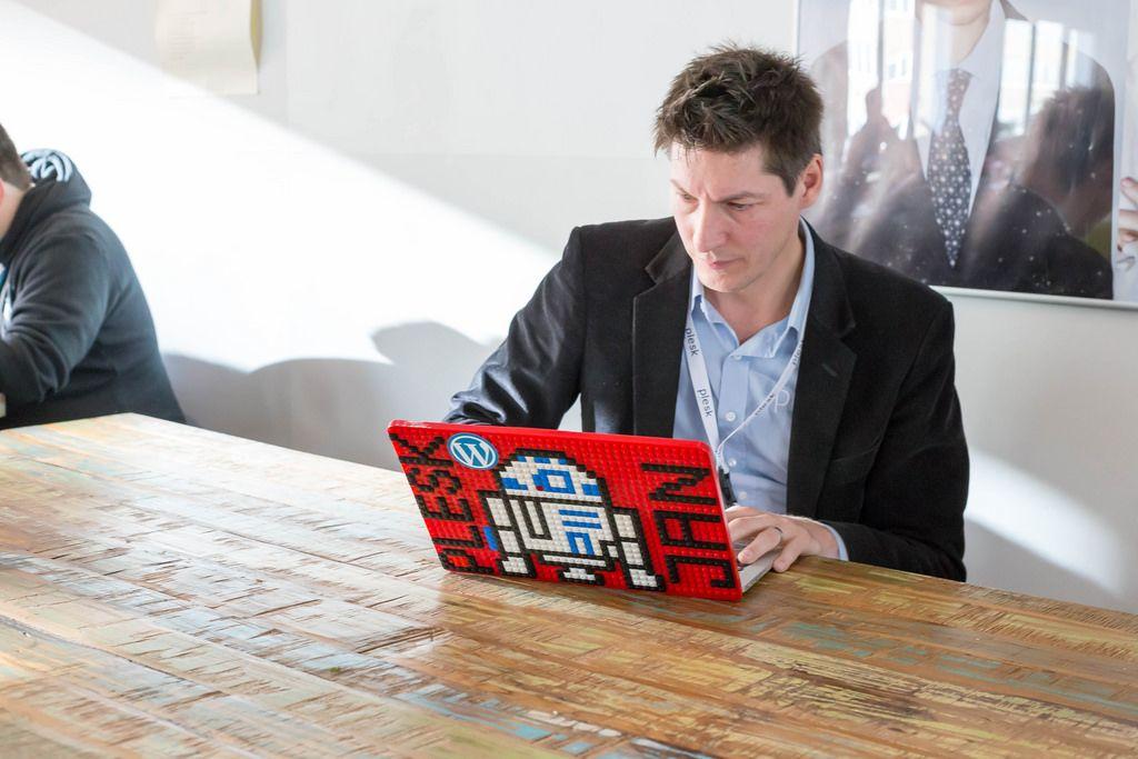 Jan Löffler CTO von Plesk arbeitet an seinem Notebook