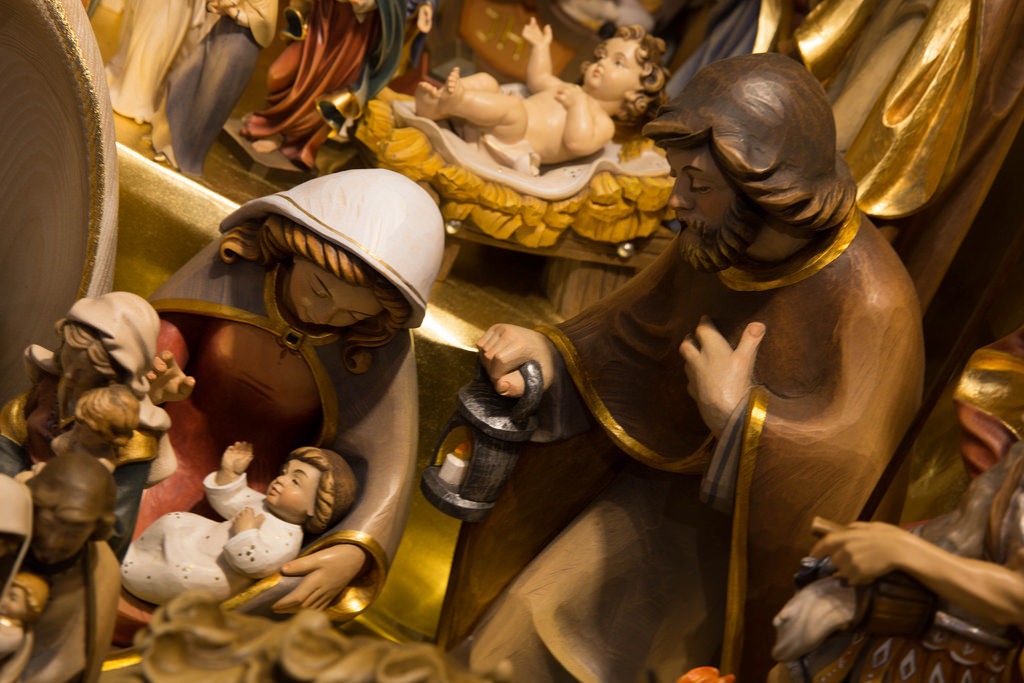 Jesus, Maria und Josef in Holzkrippe