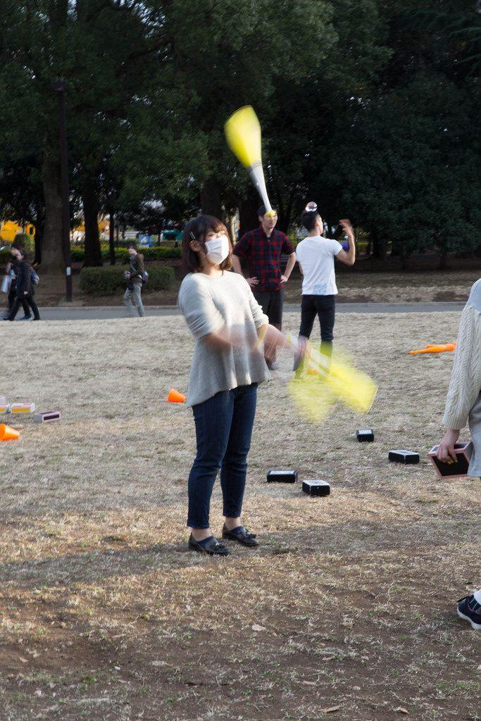 Jongleurin in einem Park in Tokyo