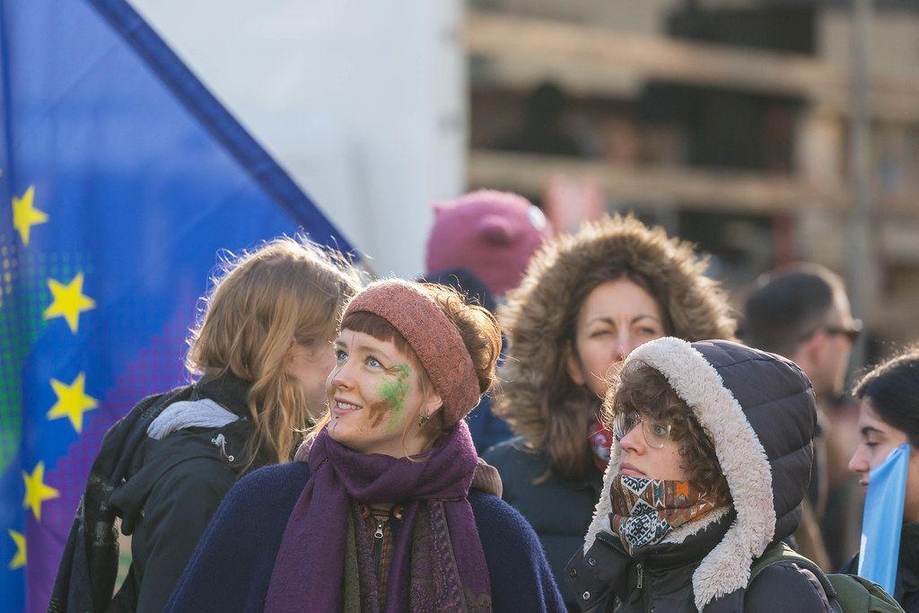Junge Demonstranten winterlich bekleidet in Köln bei den Fridays for Future vor eine Europaflagge