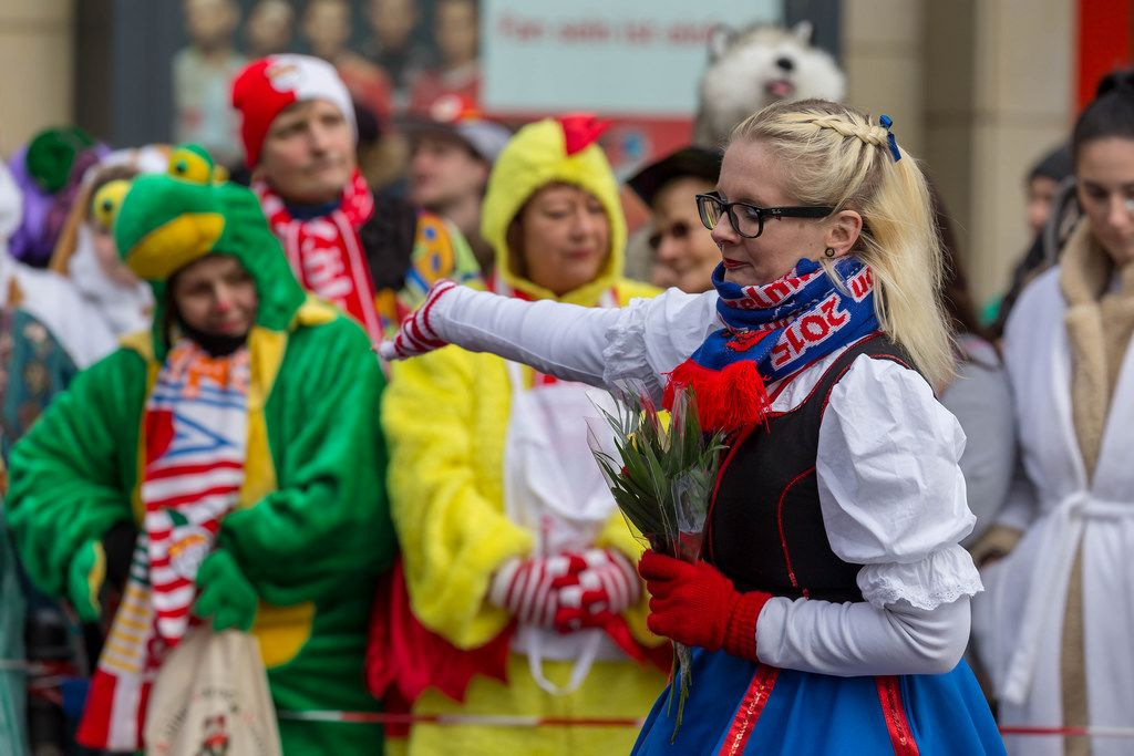 Junge Frau von der De Heinzelmänncher zo Kölle KG mit Blumen in der Hand - Kölner Karneval 2018