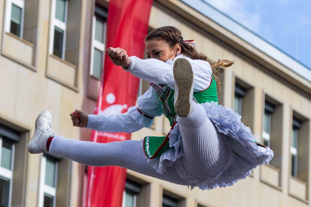 Junge Frau wird in die Luft geworfen - Kölner Karneval 2018