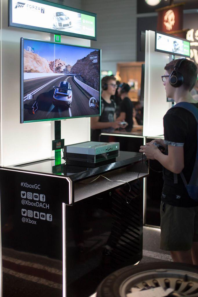 Junge spielt Forza 7 auf Xbox GC