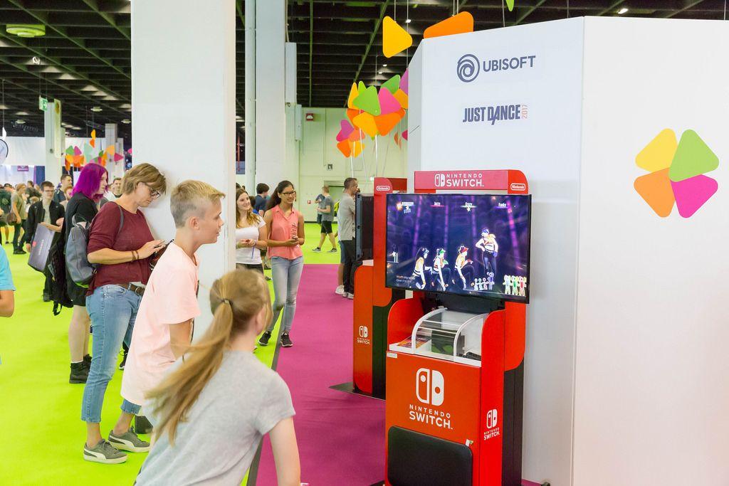 Junge und Mädchen spielen Just Dance 2017 auf der Switch - Gamescom 2017, Köln