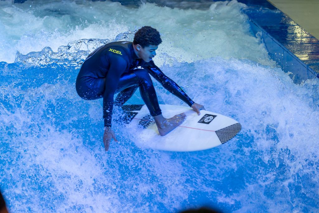 Junger Mann probiert die Surfing Anlage Citywave bei der Boot Düsseldorf 2018 aus