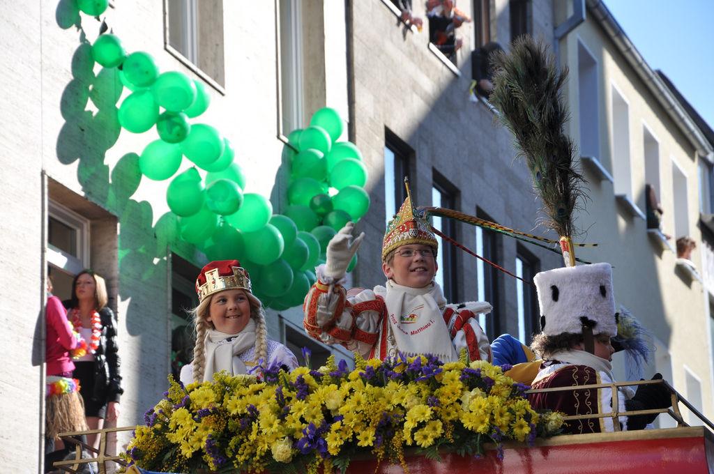 Junges Dreigestirn am Rosenmontagszug 2011, Köln