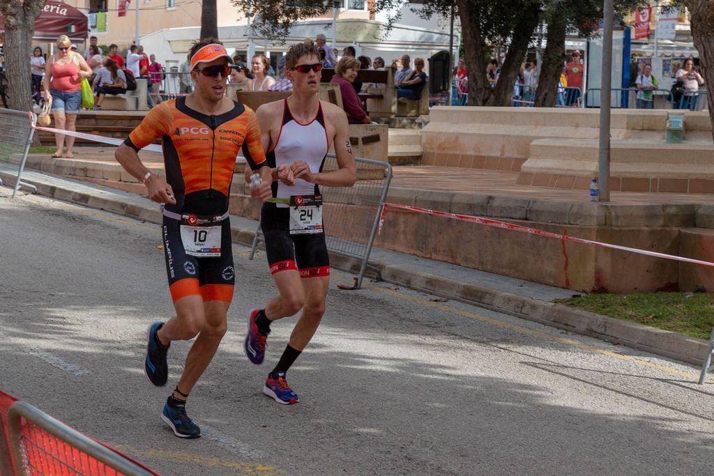 Kacper und Nicklas laufen um die Wette beim Challenge Triathlon in Peguera