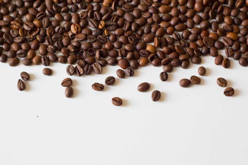 Kaffeetasse voll von Kaffeebohnen - Bilder und Fotos ...
