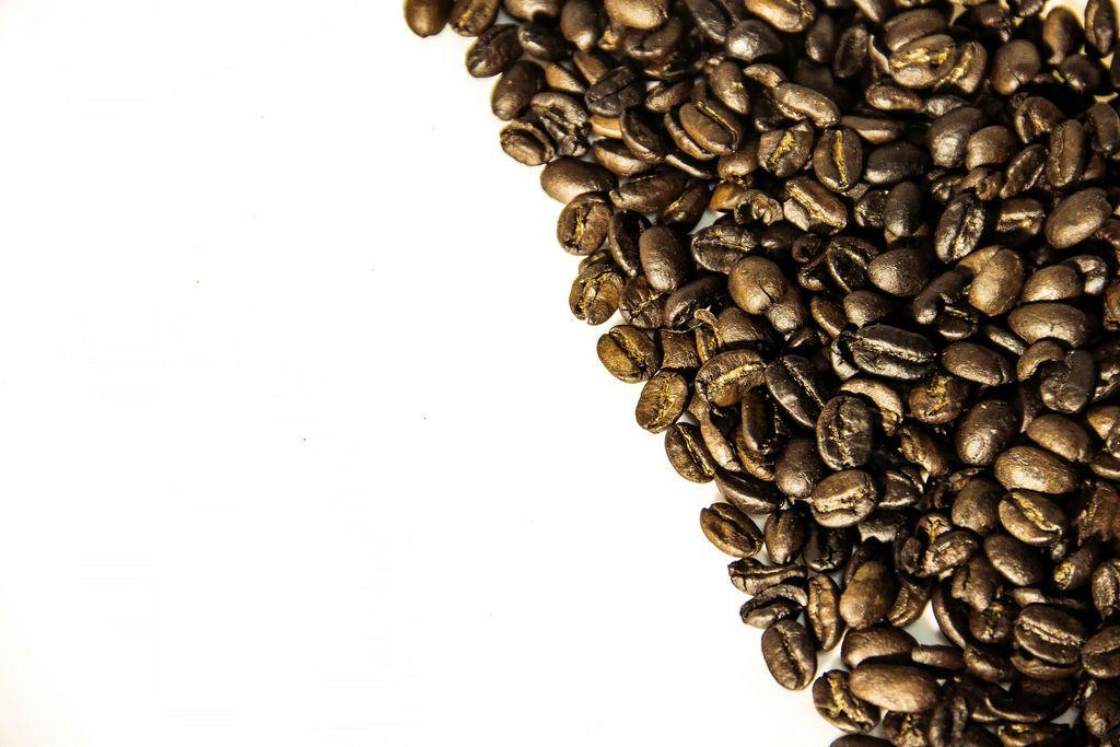 Kaffeebohnen und die Teilung in Schwarz und Weiß