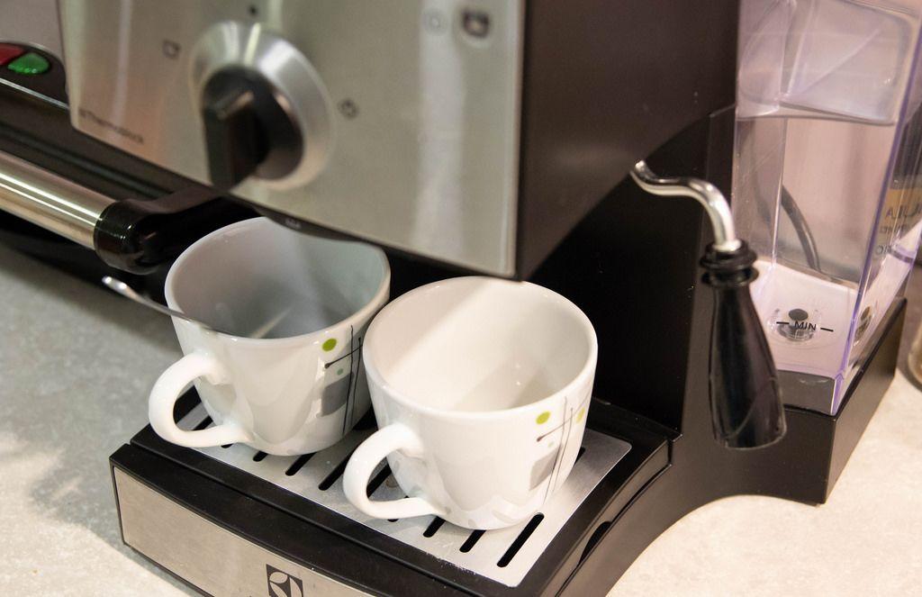 Kaffeemaschine und zwei Tassen