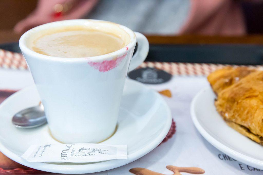 Kaffeetasse mit Lippenstift