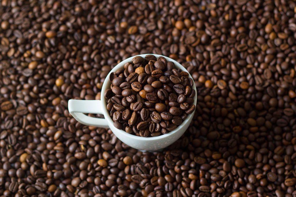 Kaffeetasse voll von Kaffeebohnen