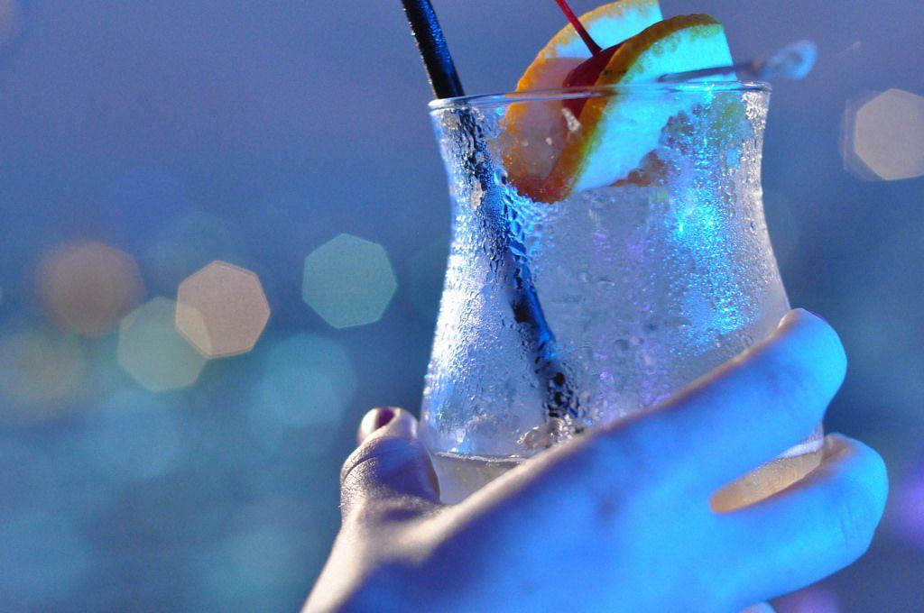 Kaltes, erfrischendes Getränk in der Hand mit unscharfem Hintergrund
