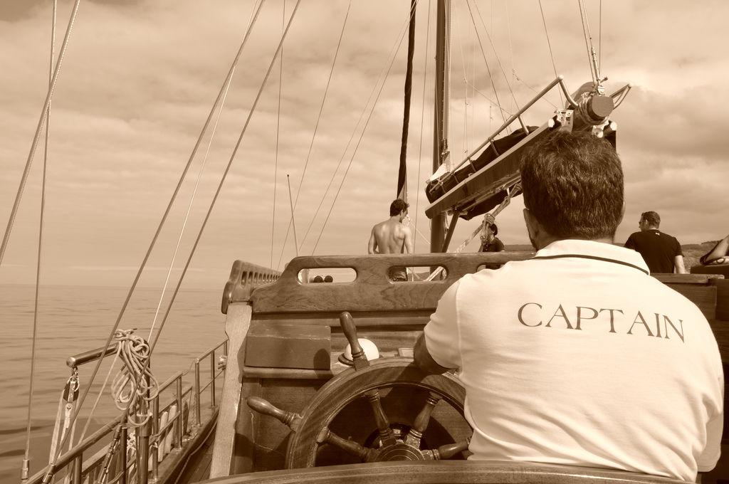 Kapitän auf Segelboot