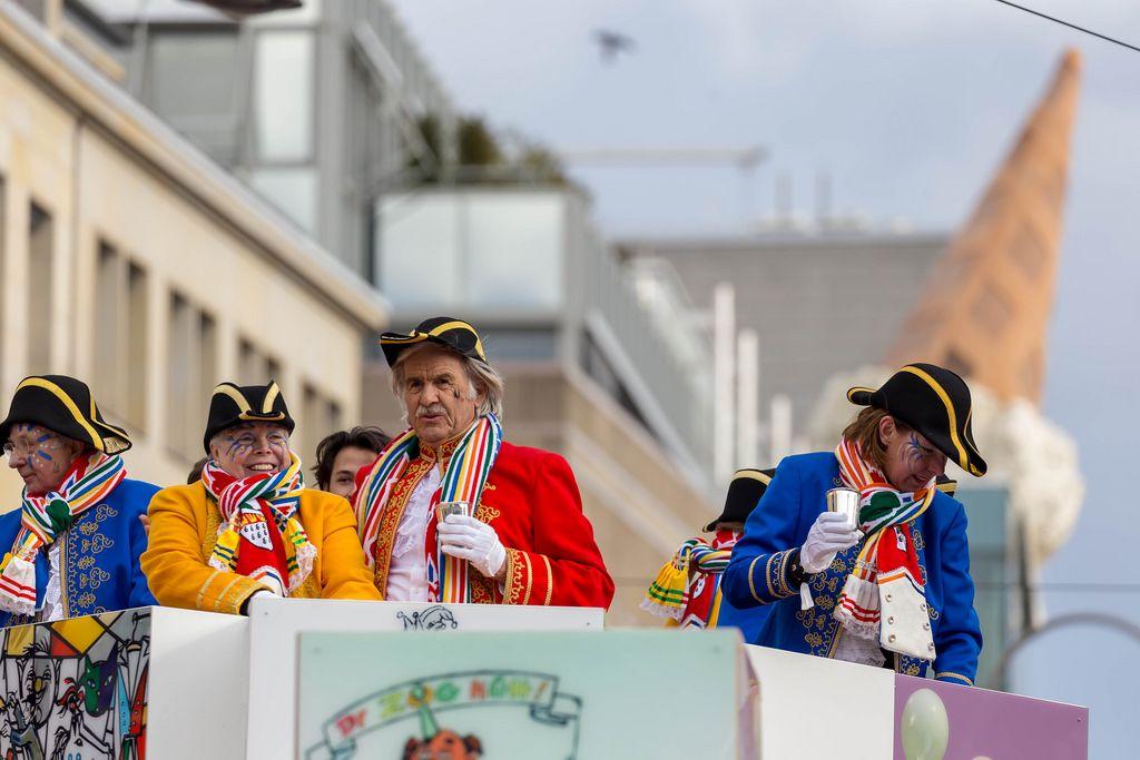 Kapitäne auf einem Wagen beim Rosenmontagszug - Kölner Karneval 2018