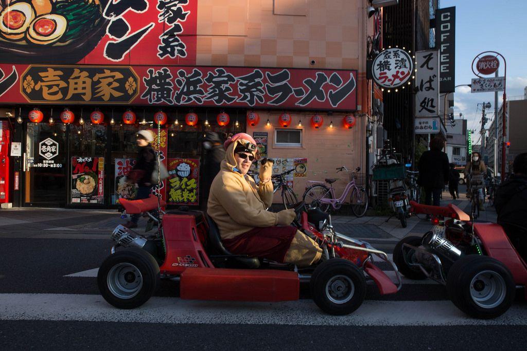 Kartrennen durch die Stadt in einem lustigen Kostüm - Tokyo