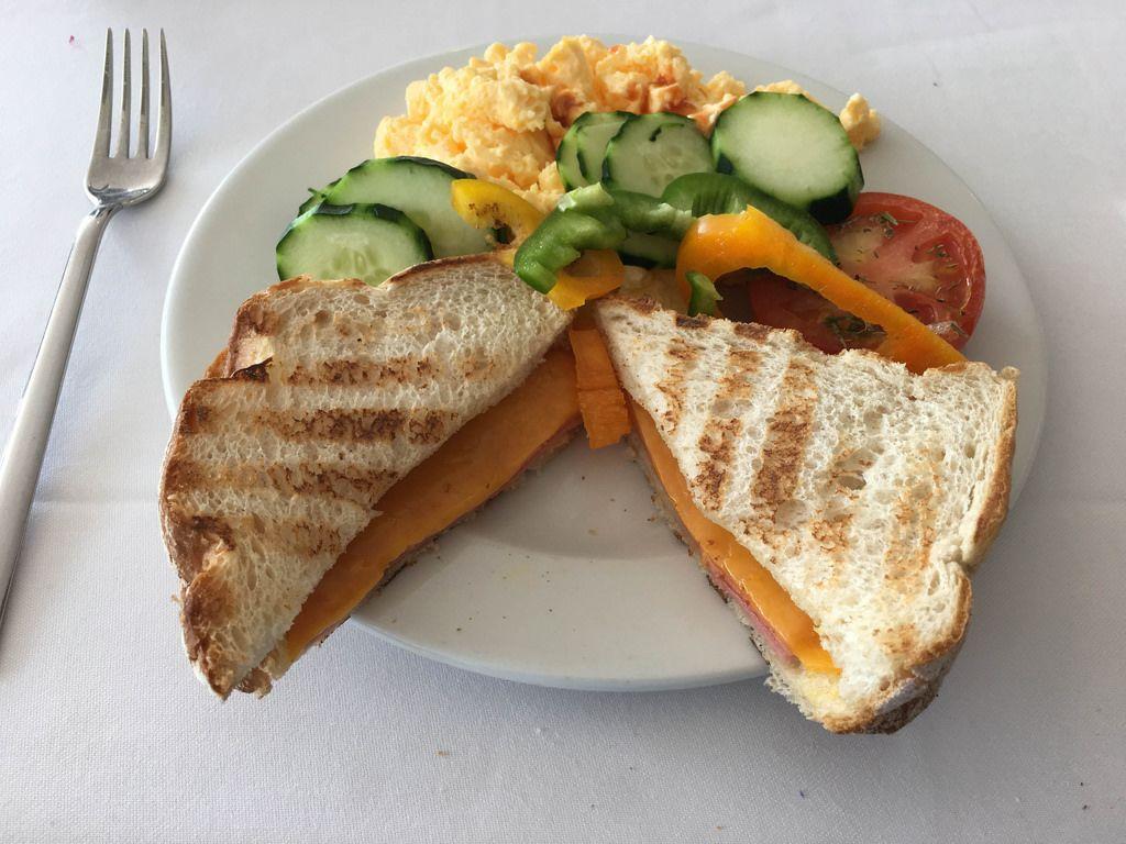 Käse-Sandwich mit Rührei und Gemüse