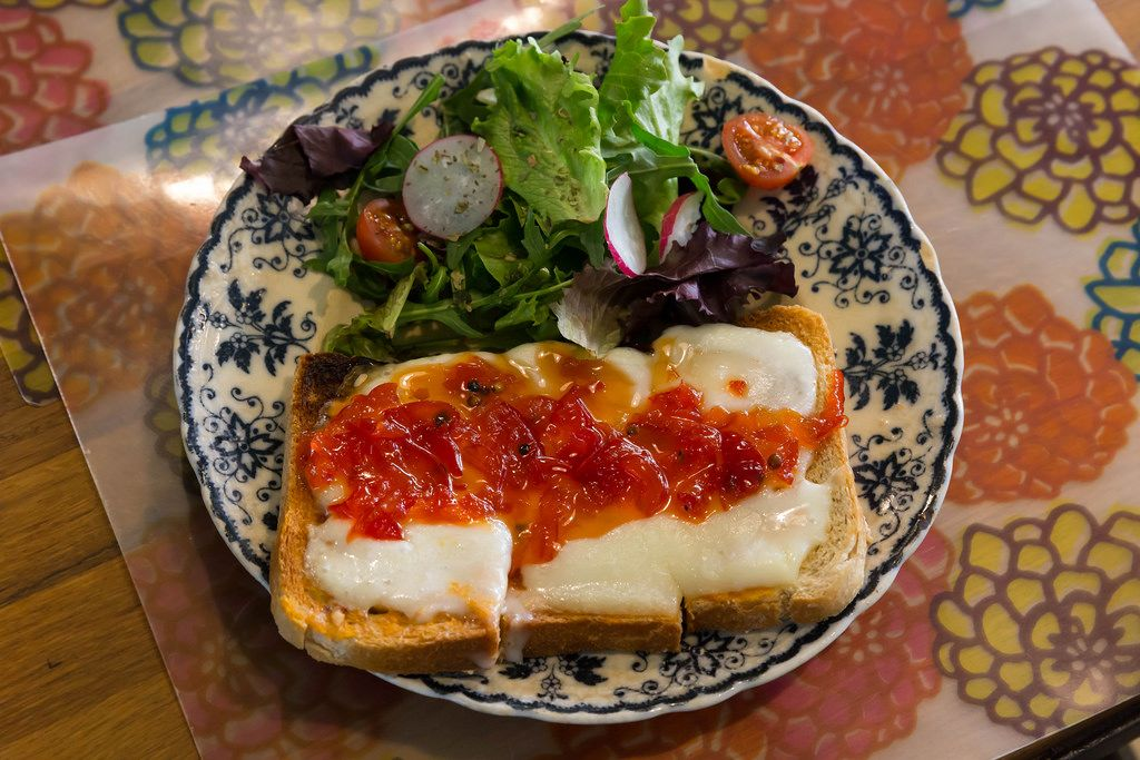 Käsetoast mit scharfer Soße und Salat zu Mittag in Lissabon, Portugal
