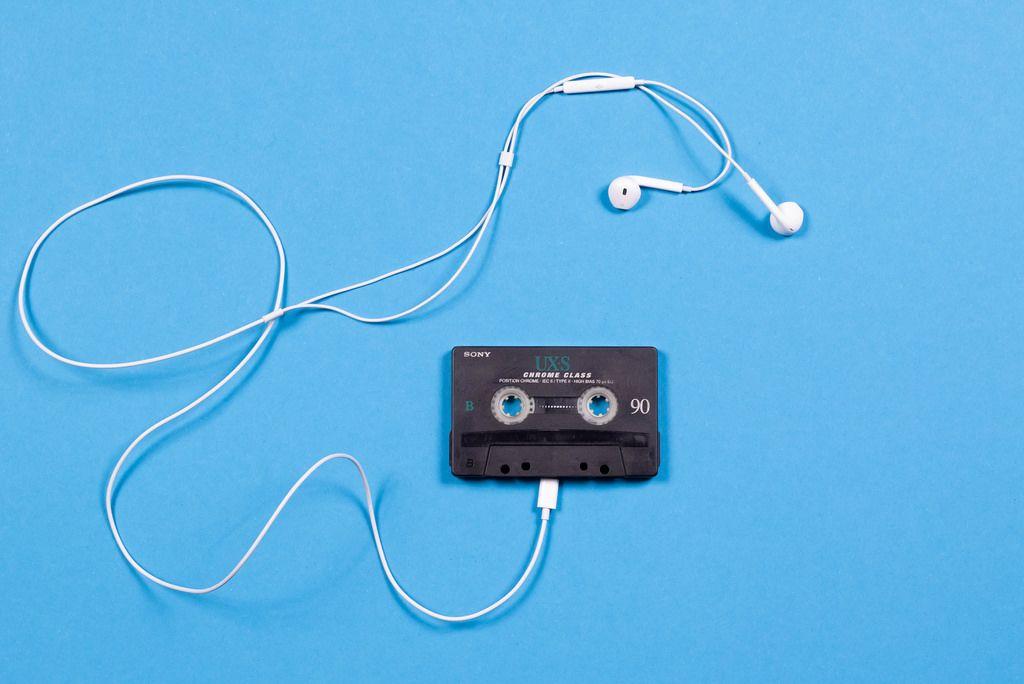 Kassette mit Kopfhörern auf blauem Hintergrund