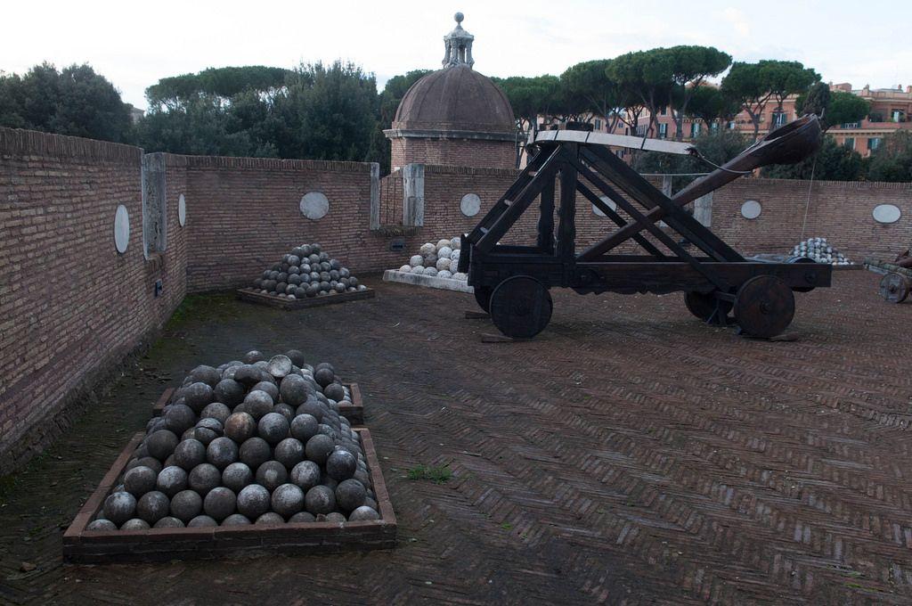 Katapult und Kugelhaufen auf der Engelsburg in Rom, Italien