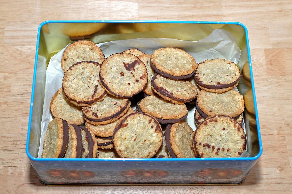 Kekse in Weihnachtsdose