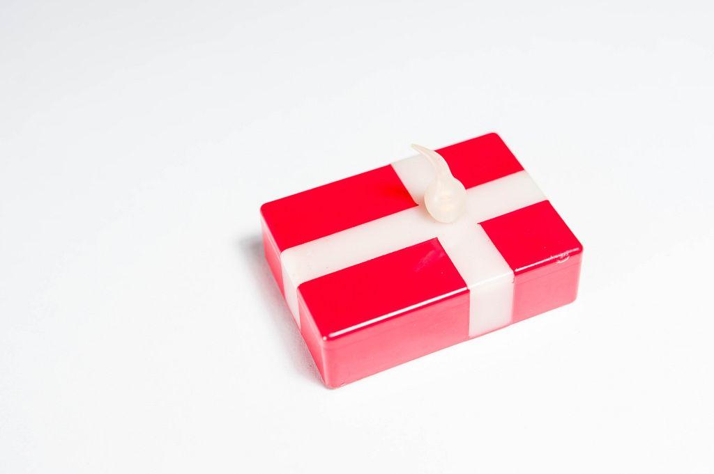 Kerze in Form der dänischen Flagge