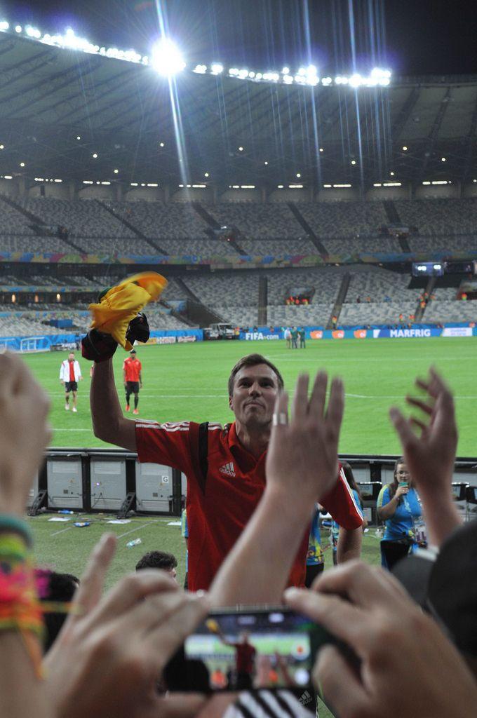 Kevin Großkreutz wirft Fans sein Trikot zu - Fußball-WM 2014, Brasilien