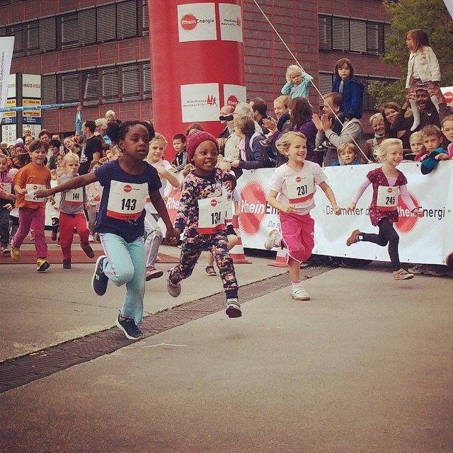 Kids are doing it right. :-) #koelnmarathon #marathon #running #kids #fun #love #peace #sports