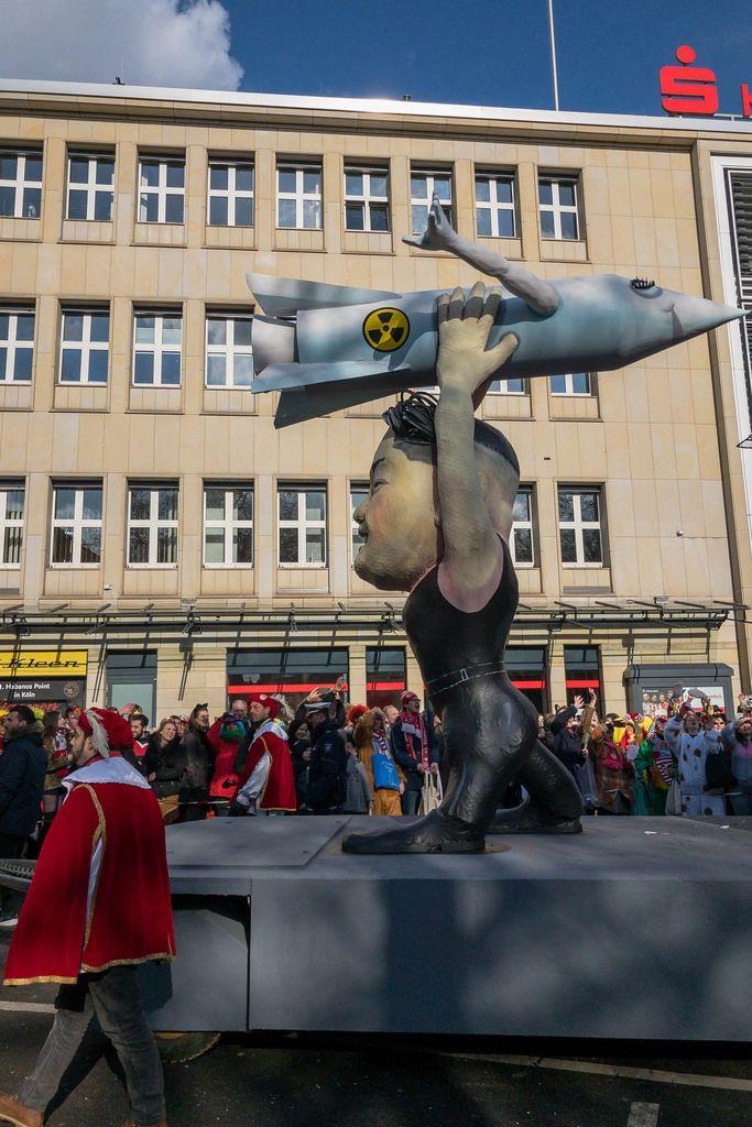 Kim Jong Un mit einer Atomrakete in Händen - Kölner Karneval 2018