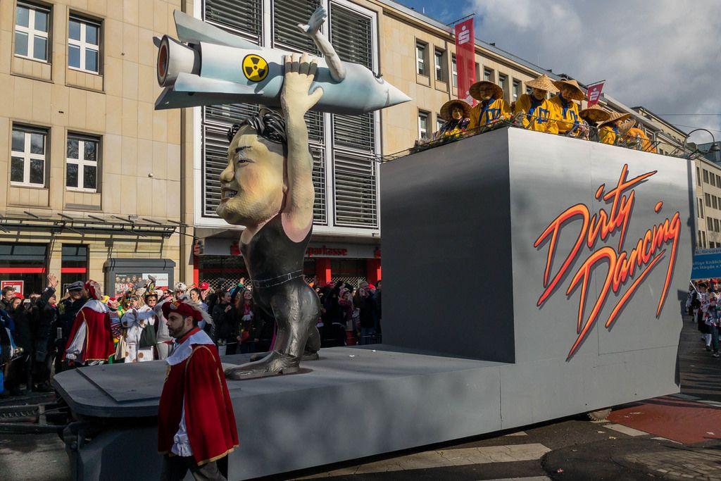 Kim Jong Un tanzt mit einer Atomrakete in Händen - Kölner Karneval 2018