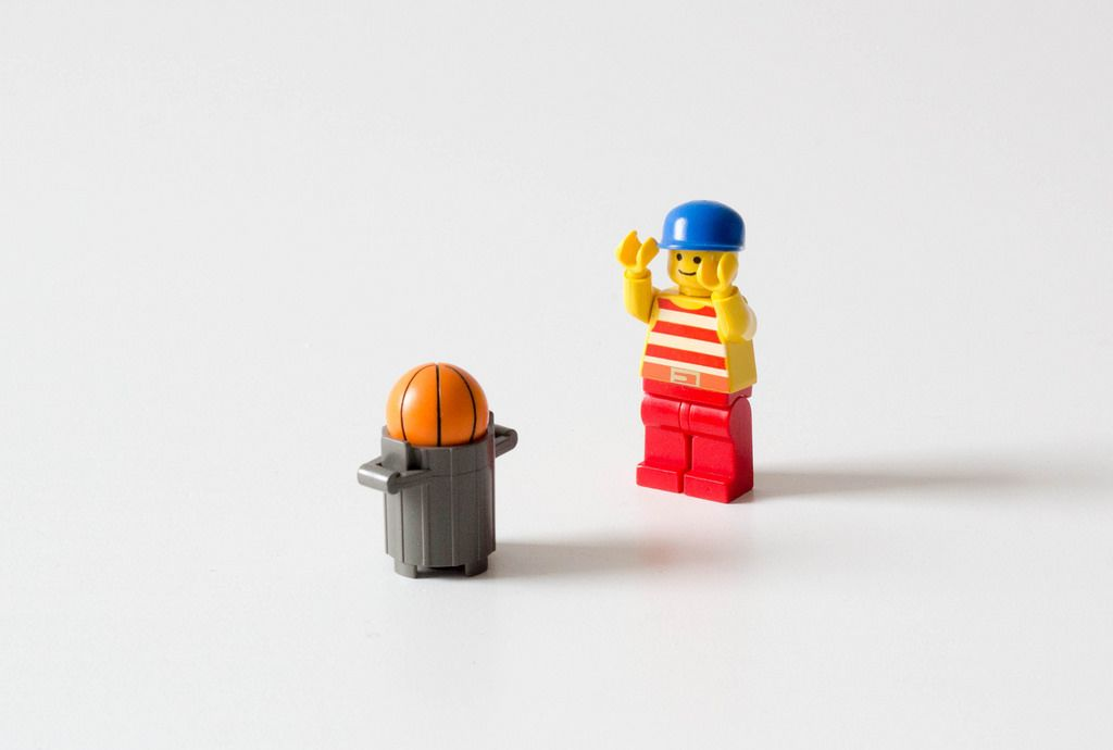 Kind findet den verloren gegangenen Ball